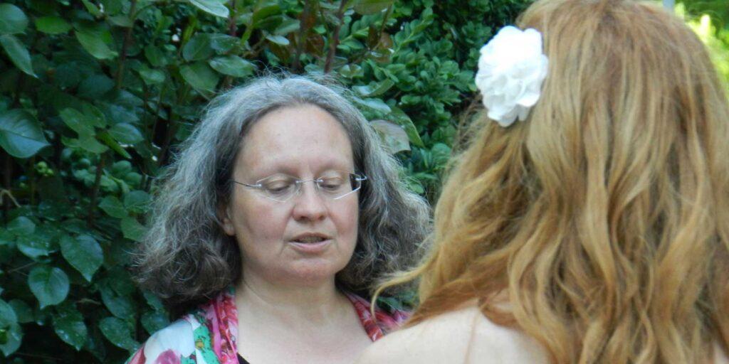 Bild: Hochzeitsfeier im Freien, Rosmarie Brunner, Theologin, Pfarrerin