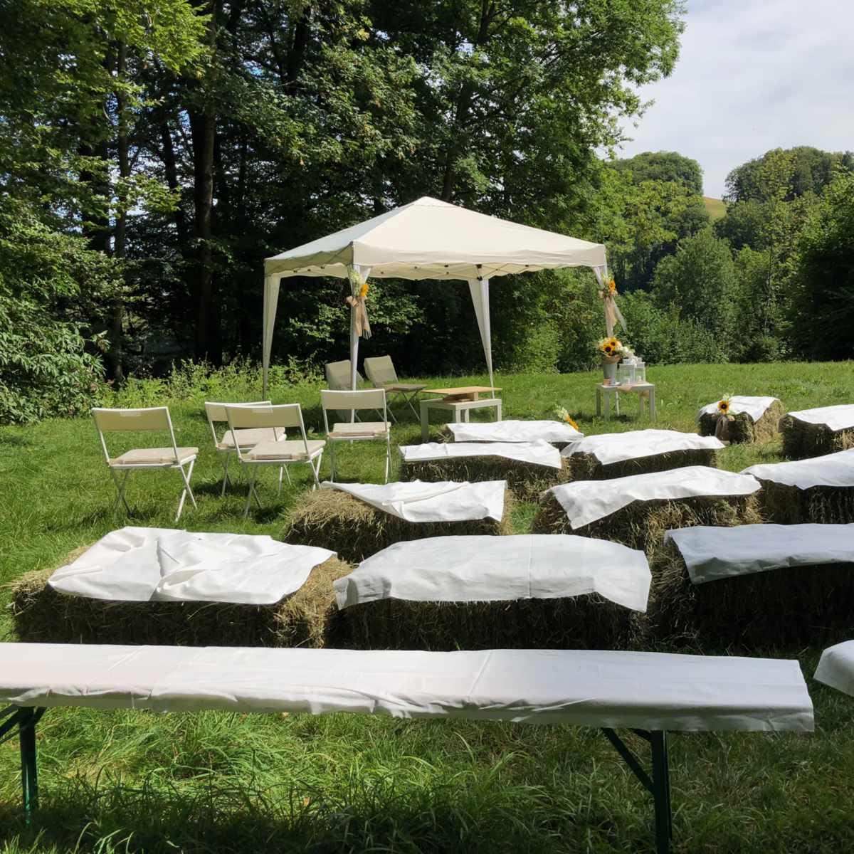 Vorbereitungen zu einer Hochzeits-Zeremonie im Freien