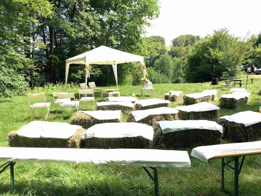 Hochzeitsritual Hochzeitszeremonie, freie Trauung freie Zeremonie auf einer Wiese